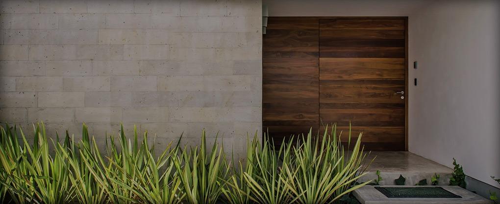 Los elementos que distinguen una puerta blindada de una acorazada